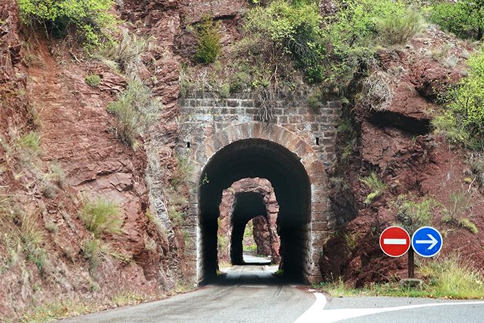 autoroute door tunnels van de bergen tijdens deelname aan nrs autorecreatie alpen toerrally