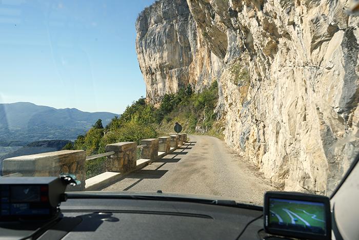 autoroute langs rotsen en bijzondere landschappen tijdens deelname aan nrs autorecreatie alpen toerrally