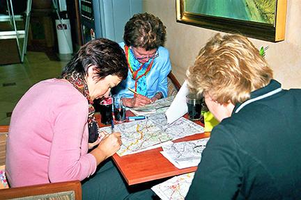 overleg onder de deelnemers tijdens nrs autorecreatie reis ardennen classic